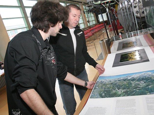 Štefan Horák (vpravo) a Lukáš Man  připravují své fotografie k instalaci v mrakodrapu ve Zlíně. Snímky Expedice Mont Blanc