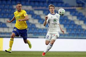 Fotbalisté Zlína remizovali v Mladé Boleslavi 1:1. Na snímku domácí David Douděra a hostující Róbert Matejov (vlevo).