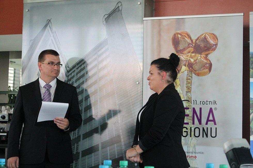 Držitelkou ocenění Žena regionu 2020 se stala Veronika Habrová. Na snímku loňská vítězka Lenka Ročáková.