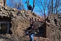 ARNÍ BRIGÁDA. Členové sdružení opravují a uklízí hrad vlastnoručně.