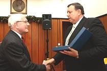 Oceněný etnograf Josef Jančár (vlevo) přebírá cenu od hejtmana Stanislava Mišáka