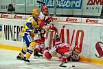 Zlínský Galvas se snaží zastavit třinecké duo Peterek, Orsava.