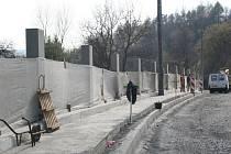 VELKÁ ZMĚNA. Dva metry vysoké betonové sloupy nyní vyrůstají před okny domu Josefa Šlapala ze Zlína. Na jejich místě však měl původně stát zcela jiný plůtek o skoro poloviční výšce. Josef Šlapal se chce nyní pokusit o změnu.