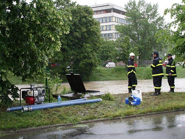 Aby uchránili sklepy obytných domů před vodou stoupající z přeplněné kanalizace, odčerpávali dobrovolní hasiči v Bartošově čtvrti vodu do Dřevnice.
