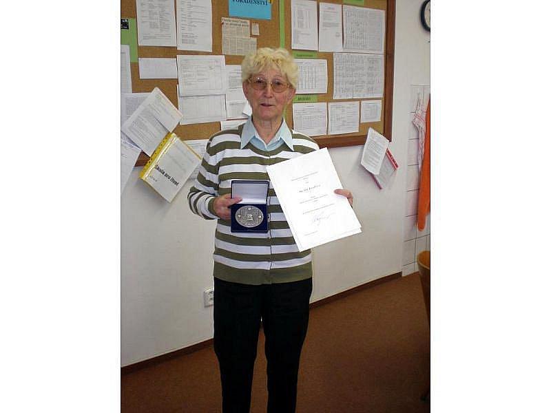 Učitelka fryštácké školy Sylva Knedlová je u dětí velmi oblíbená. Proto se může těšit z ceny, kterou v Praze obdržela.