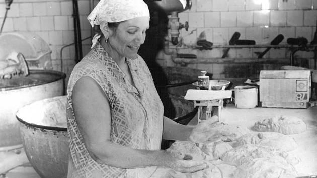 DOMÁCÍ A KŘUPAVÉ. Pečení chleba v pekárně u Škubalů v Březnici.