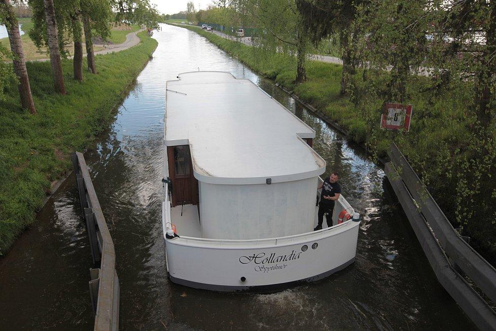 Už druhý víkend funguje provoz na Baťově kanálu, kde sezónu zahajují tradičně s příchodem máje. V sobotu 8. května to žilo nejen na plavební cestě, ale také v jejím přilehlém okolí. Návštěvníci si užívali nejen plaveb na lodích, ale také projížděk po sous