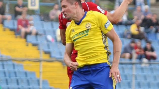 Fotbalisté Fastavu Zlín (ve žlutém) ve 27. kole nejvyšší soutěže nestačili na olomouckou Sigmu. Na snímku Železník