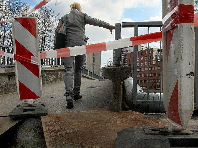 Pevnou obuv a dobrou kondičku nyní potřebuje každý, kdo chce přejít most přes řeku Dřevnici u Čepkova, který navazuje na ulici Čepkovská. Je totiž v havarijním stavu.