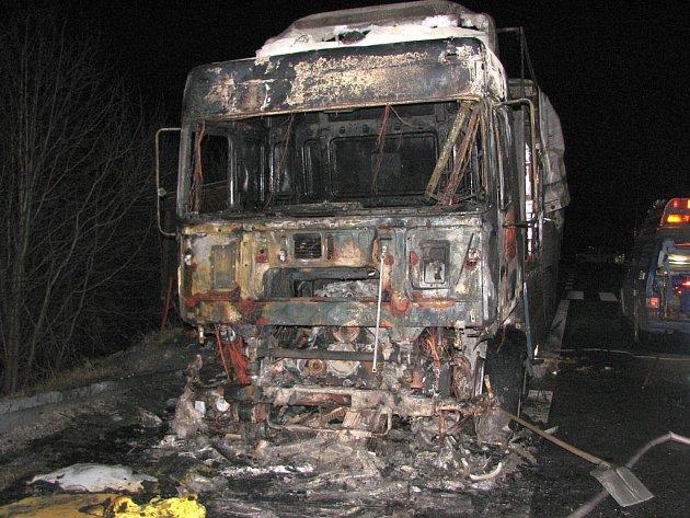 Rozsáhlý požár tahače kamionu u motorestu Rasová.