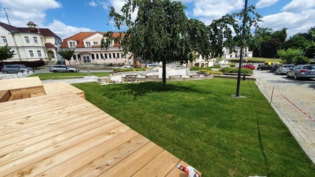 Na Horním náměstí ve Slavičíně přibyl dřevěný kiosek, kde bude sídlit nové bistro, u dřevěné moderní stavby se navíc objevily travní koberce.