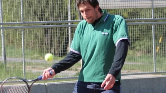 KAPITÁN POJEDE. Nejstarší zlínský hokejista Miroslav Okál se soustředění v Turecku zúčastní a bude si moci zahrát i tenis.