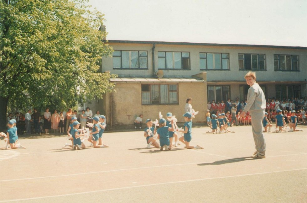 MŠ FRYŠTÁK 1989 - 1990. Rok 1990.  Děti ze třetí třídy aneb Vystoupení spartakiádní skladby předškoláků s větrníky v roce 1990, které se konalo v sokolovně ve Fryštáku.