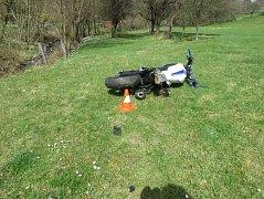 Motorka skončila mimo vozovku.