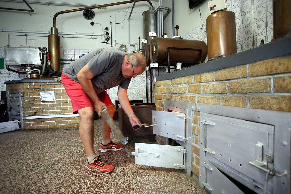 Pálení letních kvasů v pálenici v Březnici.Na sníku Otto Fišer.