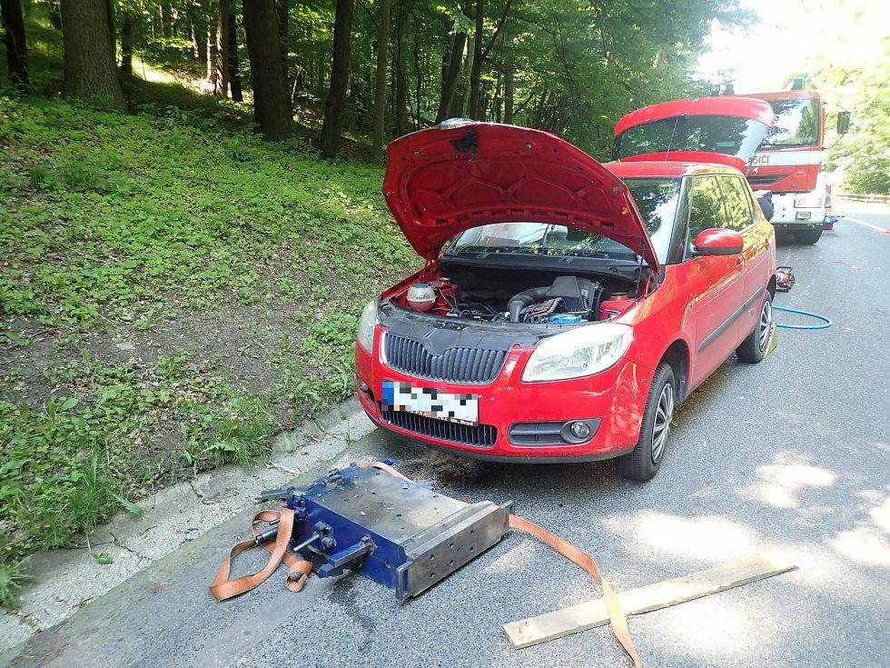 Čtyřistakilový náklad spadl za jízdy z dodávky. Prorazil olejovou vanu vozidle jedoucím za dodávkou