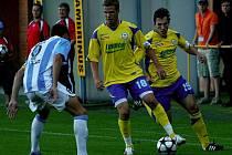 Druholigoví fotbalisté Zlína (ve žlutém) doma porazili Sezimovo Ústí 2:0.