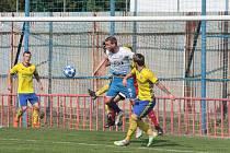 Fotbalisté Otrokovic (v bílých dresech) v 6. kole MSFL porazili Zlín B 2:0.