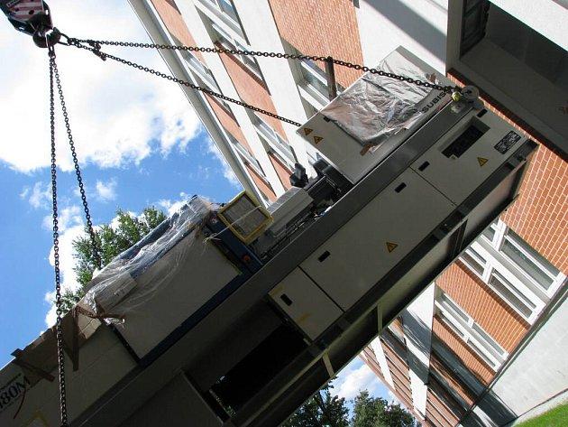 Stroj stěhovala univerzita jeřábem