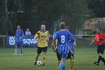 Fotbalisté Tečovic (ve žlutém) o víkendu v rámci I. B třídy skupiny B porazili Kostelec u Holešova 2:1 až po penaltovém rozstřelu.