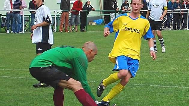 Václav Tomšů (ve žlutém) při utkání Holešov B - Hvozdná.