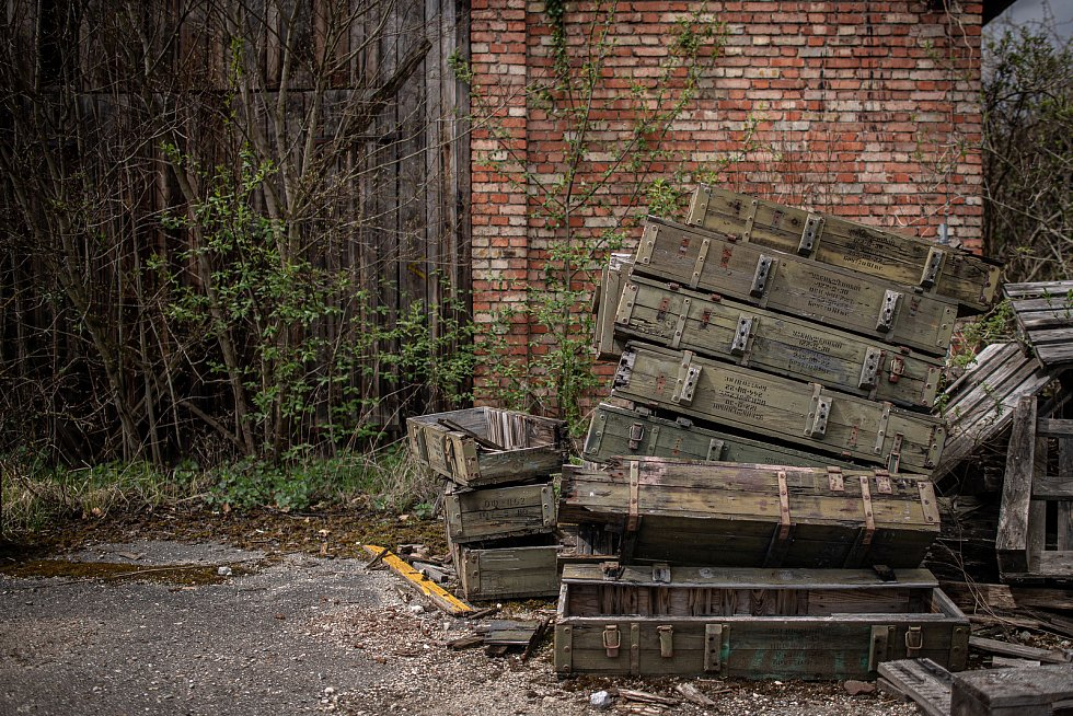 Zbytky bedny od munice, 3. května 2021 ve Vrběticích. Ve Vrběticích v roce 2014 explodoval muniční sklad. Po sedmi letech vyšlo najevo podezření na zapojení ruské tajné služby (GRU a SVR) do výbuchu.