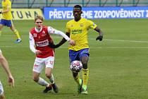 Fotbalisté Zlína čeká v sobotu duel s Pardubicemi. V Ďolíčku se potkají Cheick Conde (ve žlutém dresu) a domácí Emil Tischler.