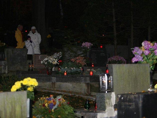 Tisíce lidí vzpomínajících na své zesnulé příbuzné a přátele zamířilo o víkendu na hřbitovy po celém Zlínsku