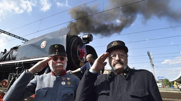 Před historickou lokomotivou. Ilustrační foto.
