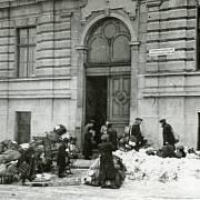 Židé přivážejí svá zavazadla k budově reálného gymnázia, kde bylo provedeno poslední třídění jejich osobních věcí, foto Vilibald Růžička 27. 1. 1943
