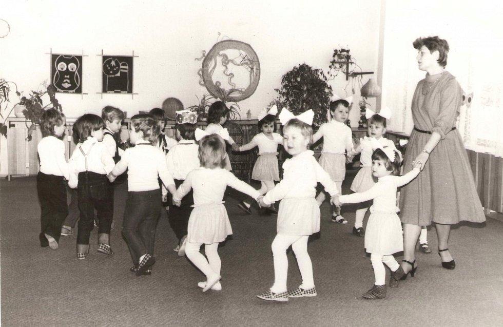 MŠ FRYŠTÁK 1985. Vystoupení k MDŽ. Děti z první třídy pod vedením paní učitelky Dany Konečné.