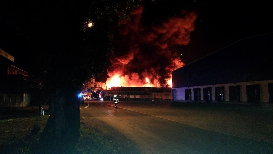 V otrokovickém areálu Toma hoří budova