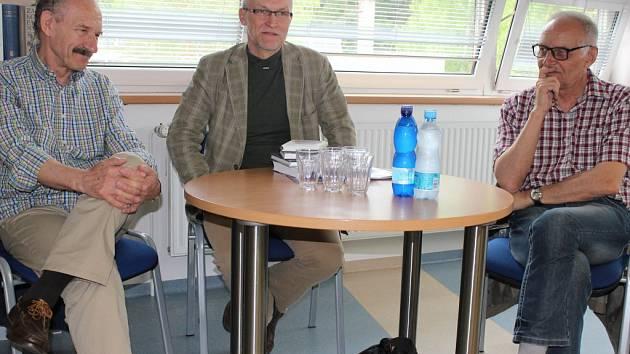 Ve zlínském Gymnáziu Lesní čtvrť se v rámci akce Literární jaro Zlín 2015 konala ve středu 6. května beseda studentů se slovenskými spisovateli Pavlem Vilikovským a Dušanem Duškem. Besedu vedl Lubomír Machala.