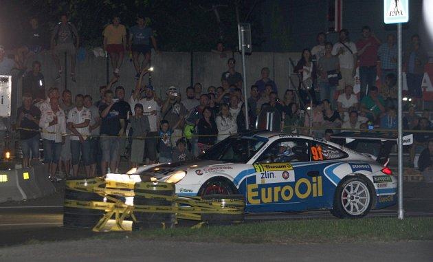 Úvodní páteční noční městská rychlostní zkouška v rámci 46. ročníku Barum Czech Rally Zlín