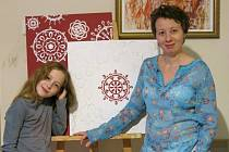 Výtvarnice Bětka Koniorová se svou dcerou Jasmínou a obrazy do aukce