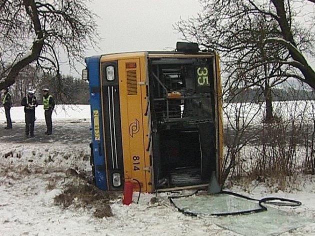 Havarovaný autobus na Velikové