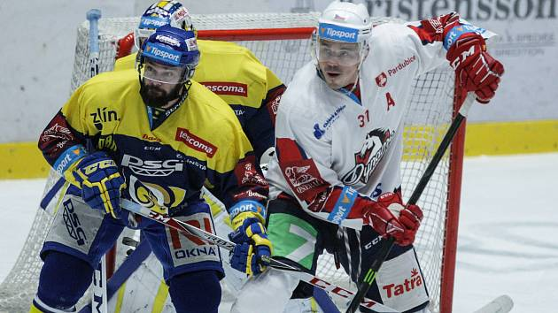 Hokejové utkání 48. kola Tipsport extraligy v ledním hokeji mezi HC Dynamo Pardubice a PSG Berani Zlín (ve žlutoodrém) v pardudubické ČSOB pojišťovna ARENĚ.