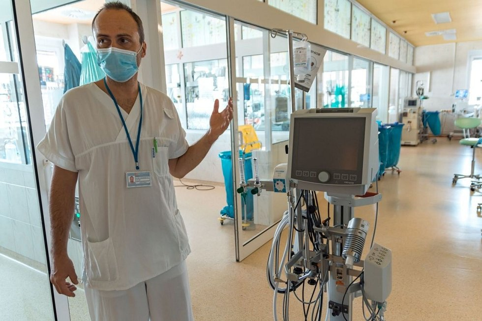 Zlínská nemocnice získala v březnu od největší zdravotní pojišťovny svolení použít u nejzávažnějších pacientů s covid-19 přístroj pro mimotělních oběh, kterých je v zemi jen 70.