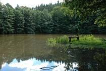 V okolí lukovského hradu se nachází hned několik zajímavých míst, která jsou spjata s různými pověstmi.Jedním z nich je rybník Bezedník.
