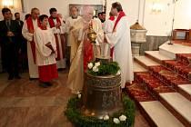 Nový bronzový zvon zasvěcený svaté Zdislavě posvětil v sobotu ve zlínském kostele sv. Filipa a Jakuba olomoucký biskup Josef Hrdlička.