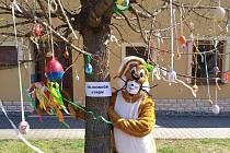 Velikonoční zajíček u Velikonočního stromu.