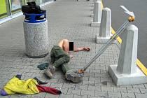 Známý zlínský výtržník se opět povaloval u obchodního centra.