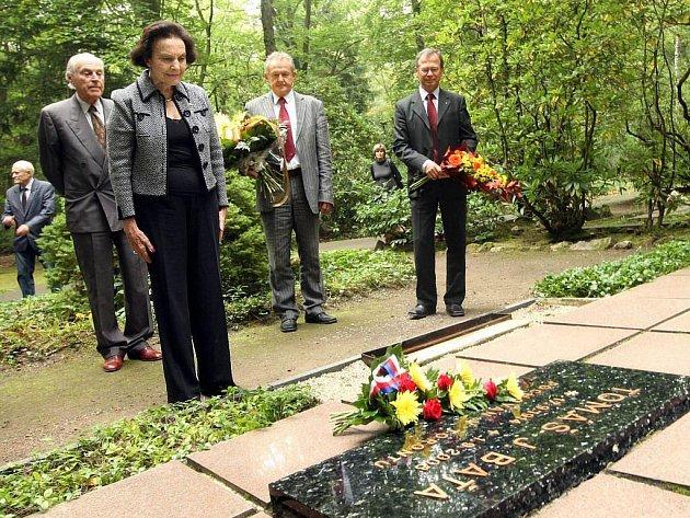 Novou náhrobní desku na Lesním hřbitově ve Zlíně odhalila 18. září 2009 svému zesnulému manželovi Tomáši Baťovi jeho manželka Sonja Bata. Baťa junior tak nyní alespoň symbolicky spočívá vedle své matky a otce