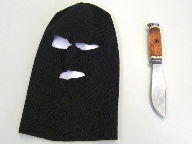 Kukla a nůž. Výzbroj lupiče, který přepadl benzínku ve Zlíně.