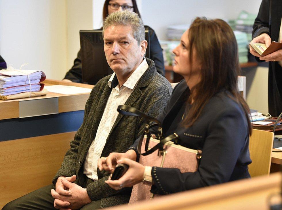 Vladimír Březina a Stanislava Březinová  v jednací síni okresního soudu ve Zlíně