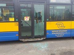 Takto dopadly dveře jednoho z autobusů MHD ve vozovně DSZO poté, co tam neznámý pachatel hodil láhev.