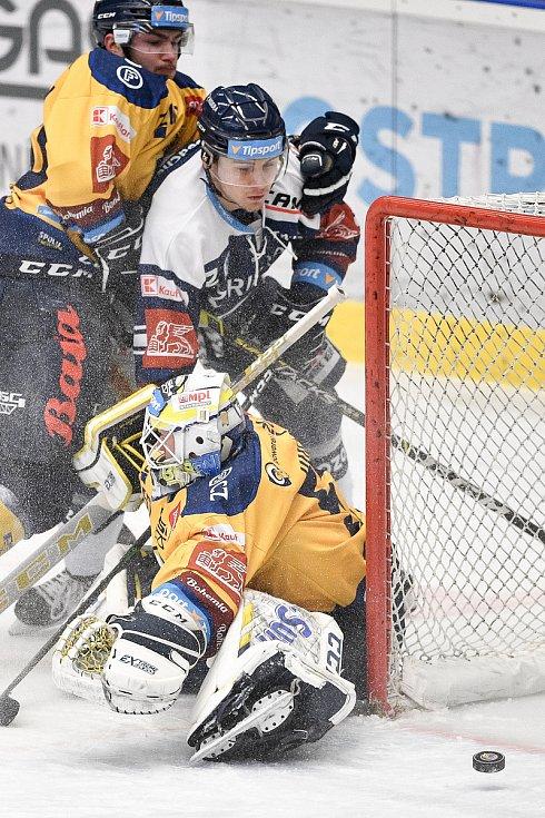 Utkání 10. kola hokejové extraligy: HC Vítkovice Ridera - PSG Berani Zlín, 9. února 2021 v Ostravě. (zleva) Petr Fridrich z Vítkovic a Brankář Daniel Huf ze Zlína.