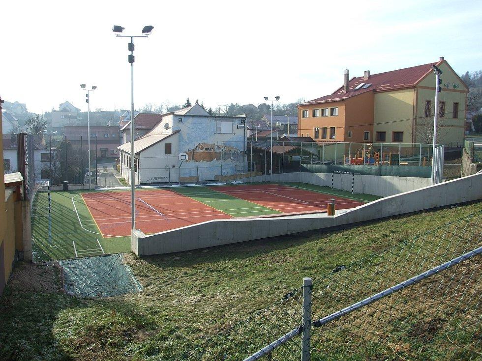 Život v obci Žlutava. Hřiště u základní školy.