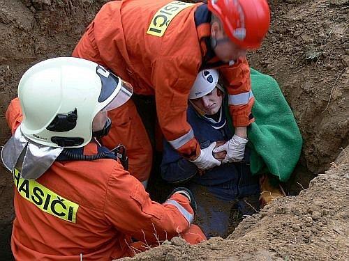 Cvičení hasičů: zavalený ve výkopu