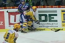 Zlínský Martin Hamrlík (ve žlutém) a Radim Bičánek